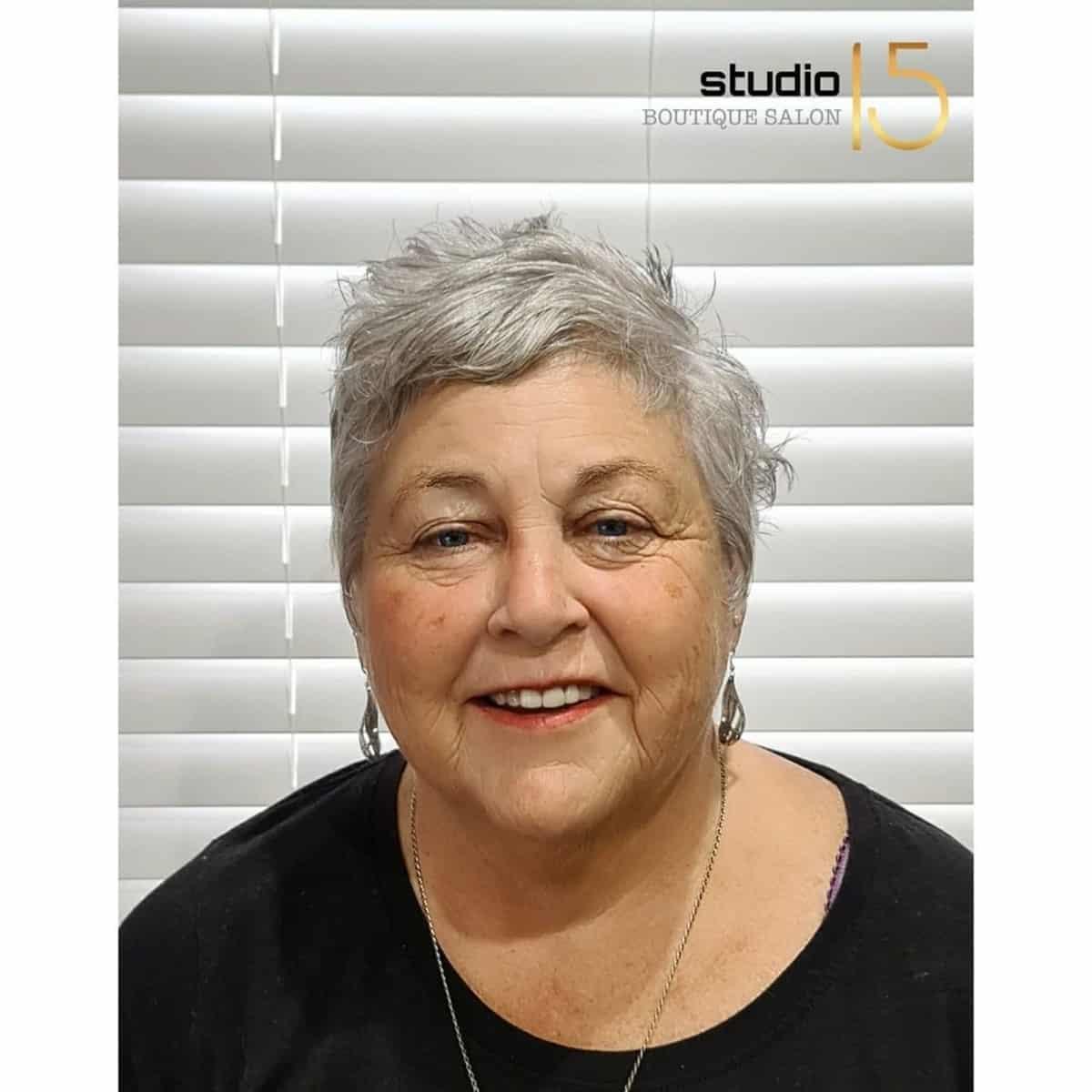 Pixie très courte pour les femmes de plus de 60 ans au visage rond