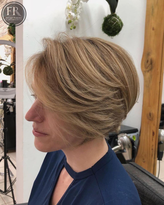 Coupe de cheveux en plumes empilées
