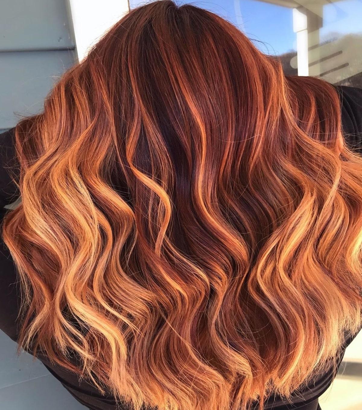 Cheveux roux de pompier avec des mèches blondes