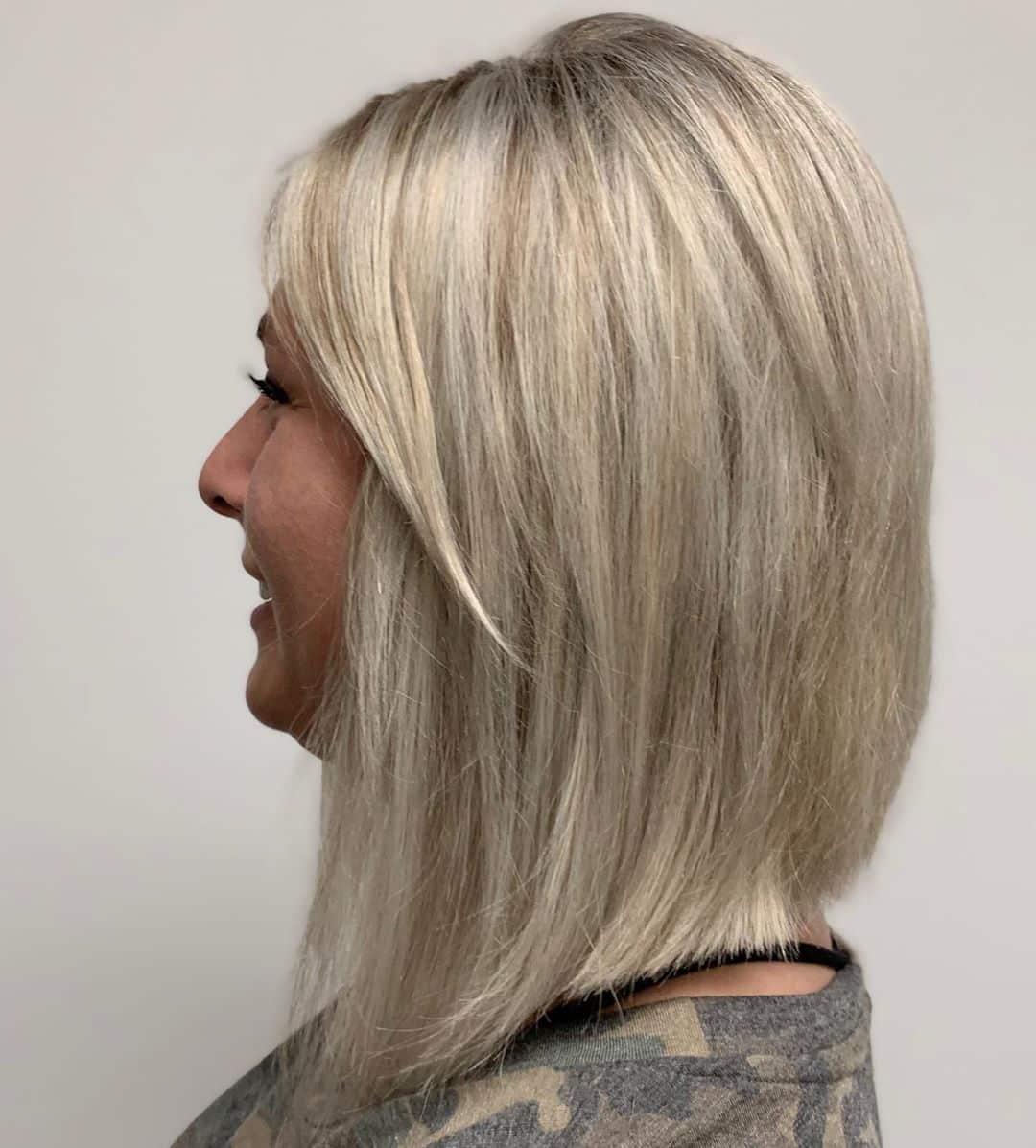 bob inversé pour une femme de plus de 50 ans aux cheveux épais