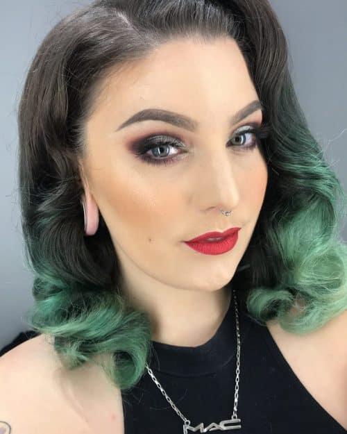 Cheveux noirs avec une teinture verte sarcelle