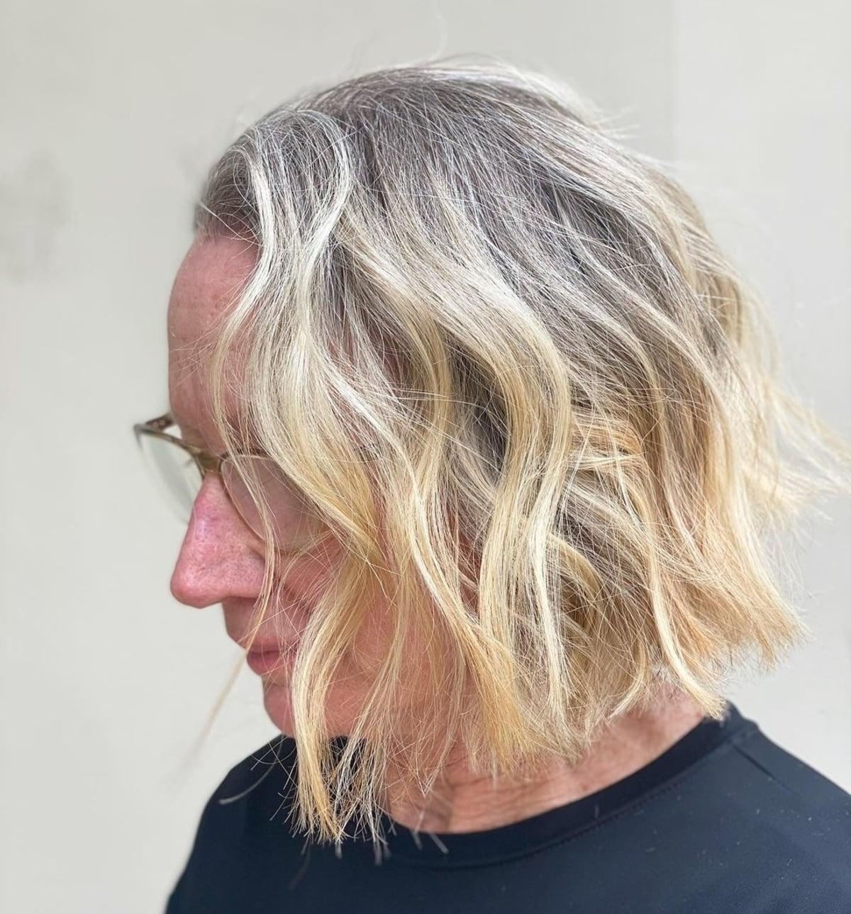 Couleur de cheveux blonde beige avec des lunettes