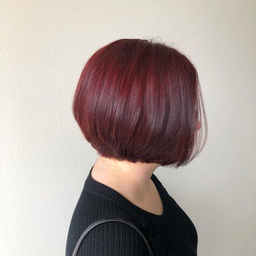 Coupe de cheveux courte rouge bourgogne