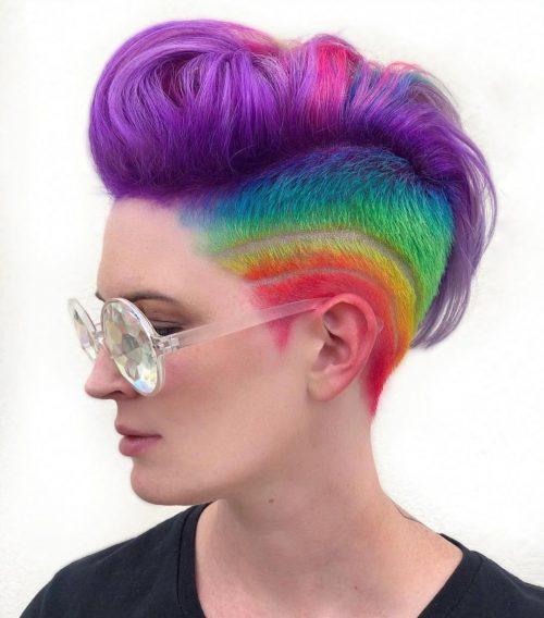 Des couleurs arc-en-ciel sur des cheveux courts et élégants