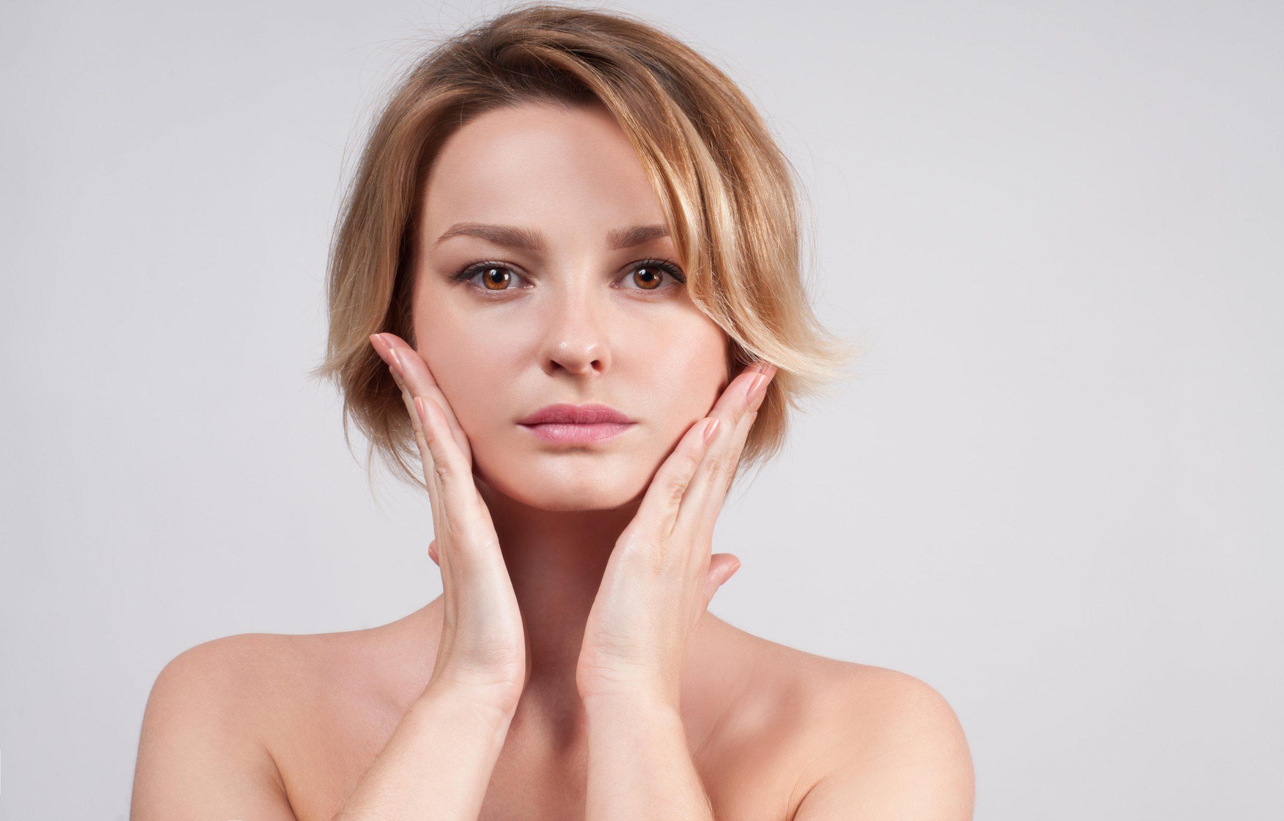 Femme faisant la démonstration d'un massage facial pour paraître moins fatiguée