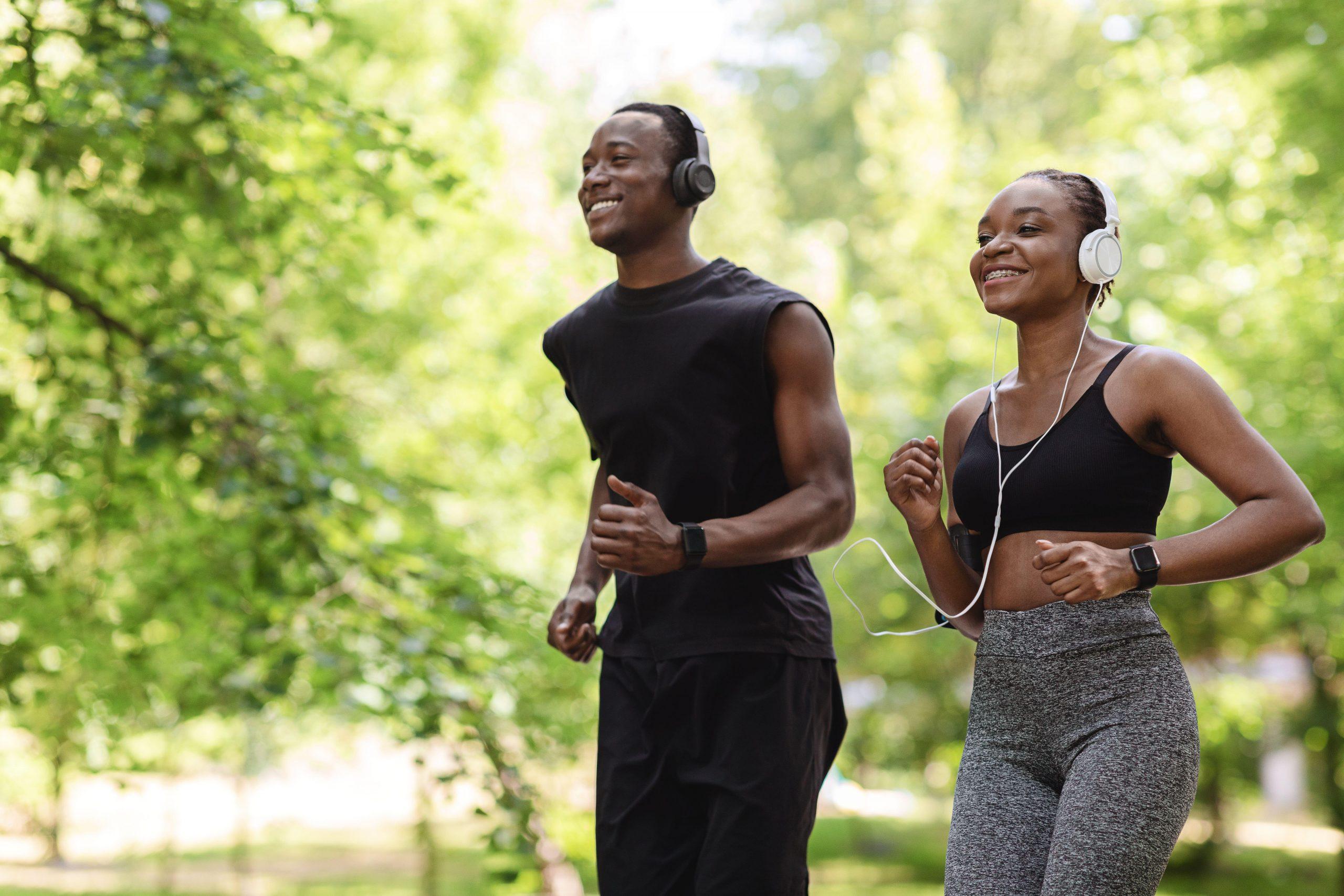 Couple heureux faisant du jogging ensemble dans le parc