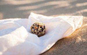 Les snacks hypocaloriques comprennent les boules d'énergie