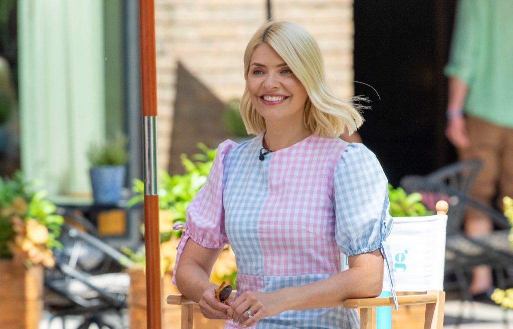 Holly Willoughby vue en train de filmer l'émission ITV This Morning le 08 juin 2021 à Londres, Angleterre.