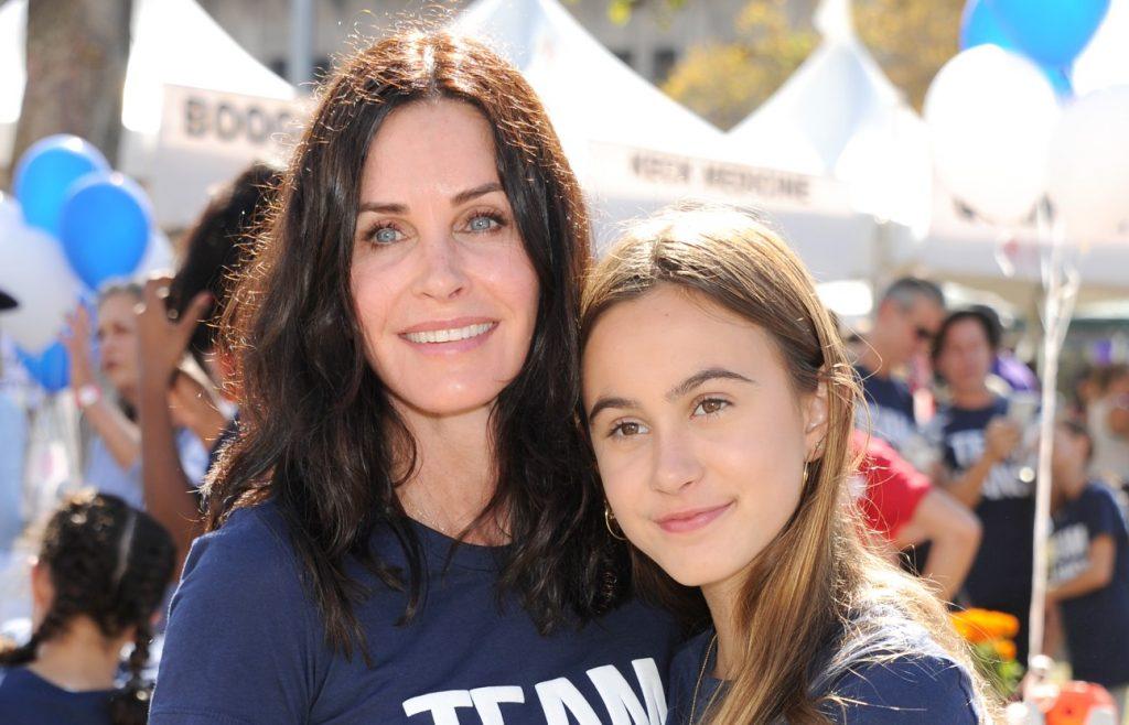 """Courteney Cox et sa fille Coco Arquette assistent à la cérémonie de Nanci Ryder. """"L'équipe Nanci"""" 15e marche annuelle du comté de Los Angeles pour vaincre la SLA à l'Exposition Park le 15 octobre 2017 à Los Angeles, en Californie."""