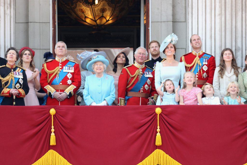 La princesse Anne, la princesse royale, la princesse Béatrice, Lady Louise Windsor, le prince Andrew, le duc d'York, la reine Elizabeth II, Meghan, la duchesse de Sussex, le prince Charles, le prince de Galles, le prince Harry, le duc de Sussex, Catherine, la duchesse de Cambridge, le prince William, le duc de Cambridge, la princesse Charlotte de Cambridge, Savannah Phillips, le prince George de Cambridge et Isla Phillips regardent le défilé aérien sur le balcon du palais de Buckingham pendant le Trooping The Colour le 9 juin 2018 à Londres, en Angleterre.