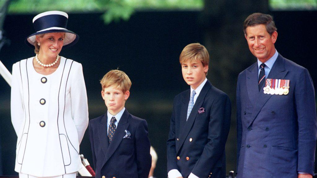 Le Prince Charles et la Princesse Diana et les Princes William &amp ; Harry assistent aux célébrations du 50ème anniversaire du VJ Day à Londres
