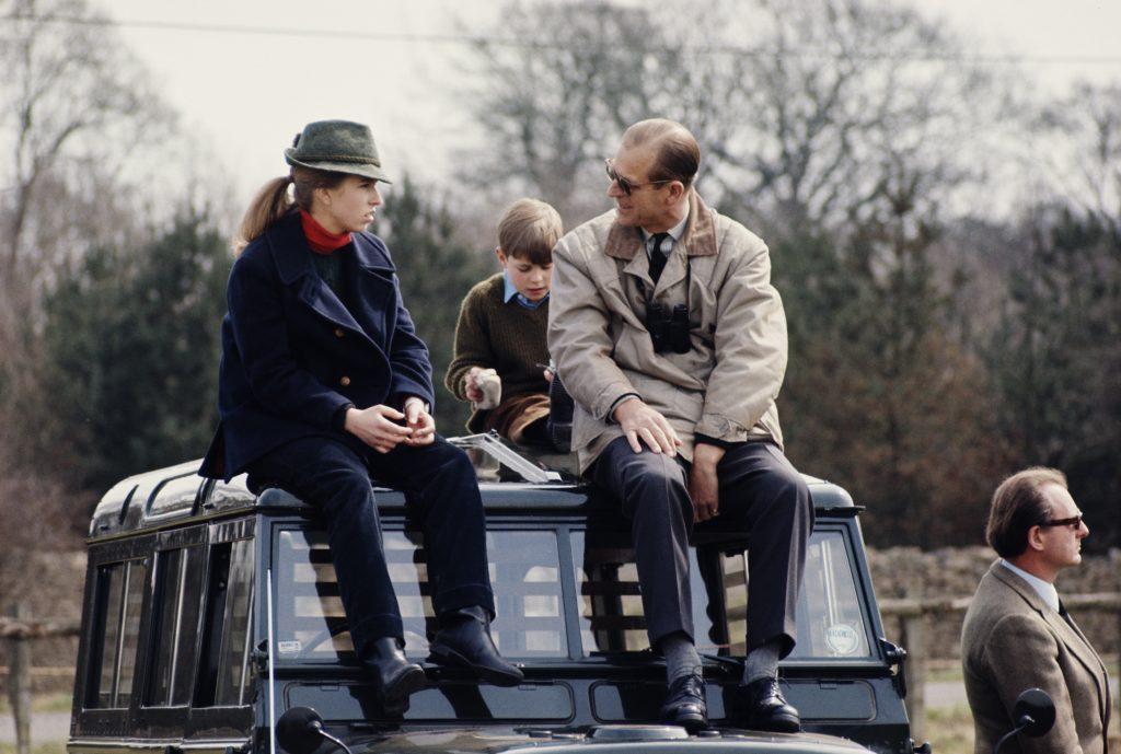 Le prince Philip, duc d'Édimbourg, avec sa fille, la princesse Anne, vers 1980.