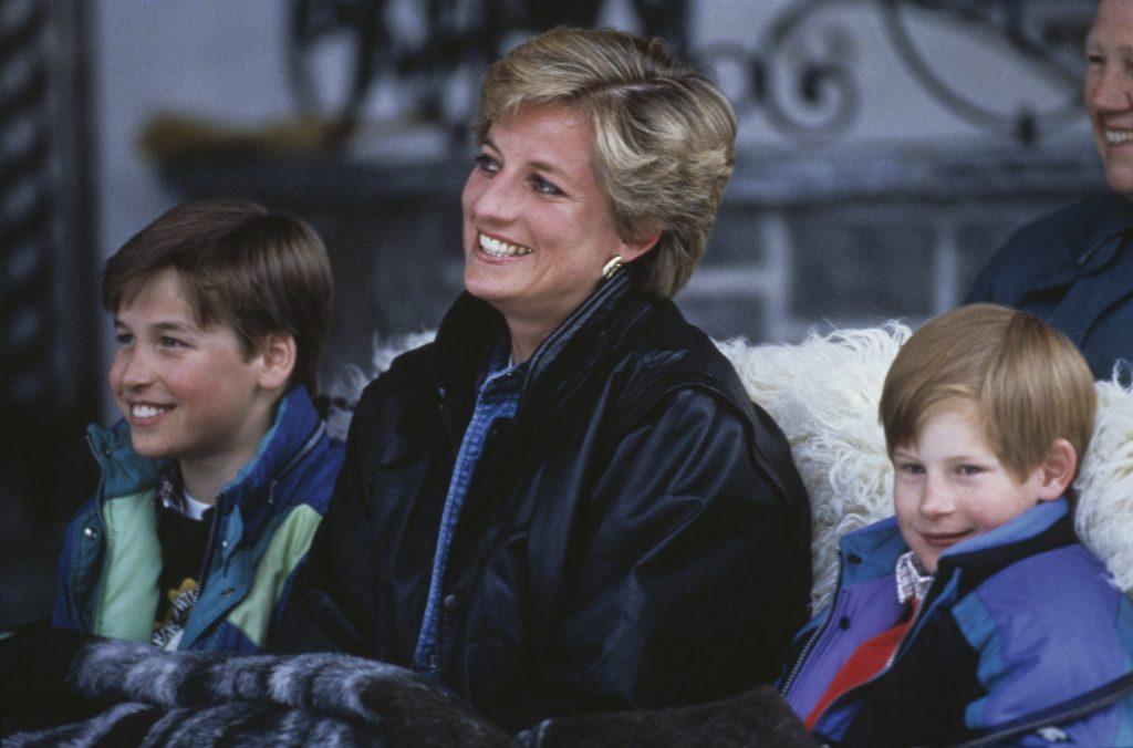 La princesse Diana avec ses fils, le prince William (à gauche) et le prince Harry, lors d'un séjour au ski à Lech, en Autriche, le 30 mars 1993.