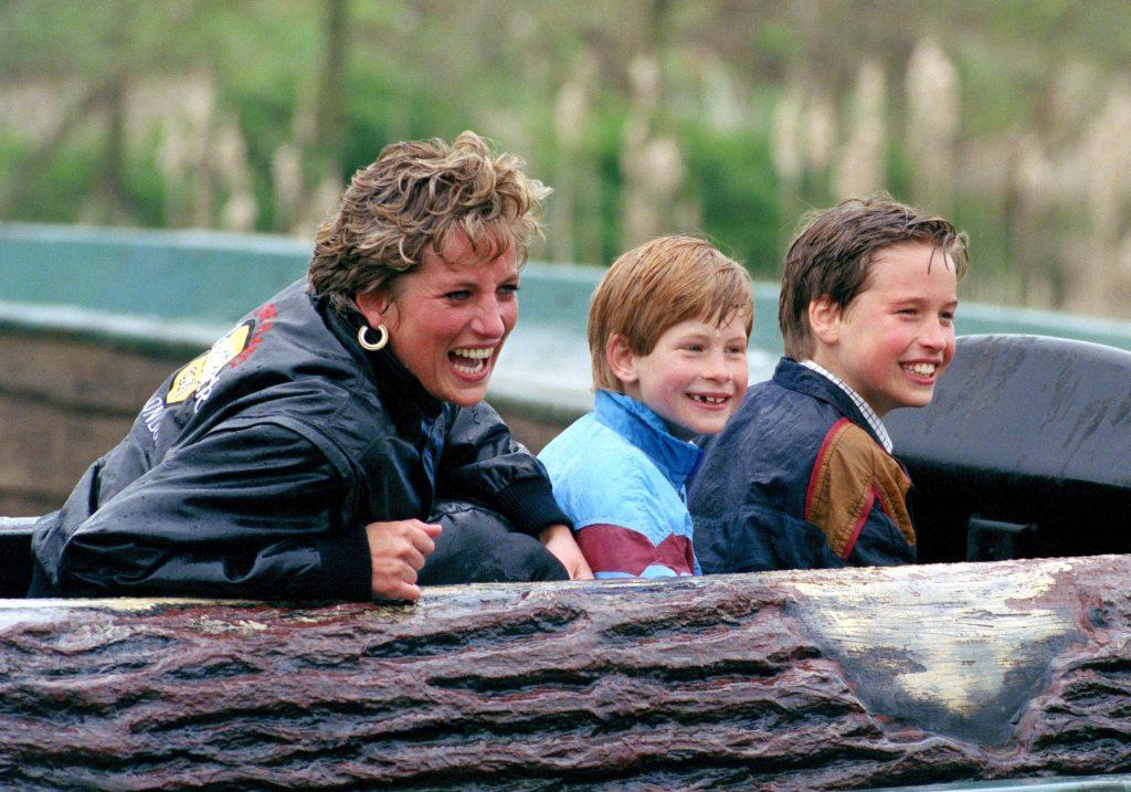 Diana, princesse de Galles, le Prince William et le Prince Harry visitent le parc d'attractions Thorpe Park.