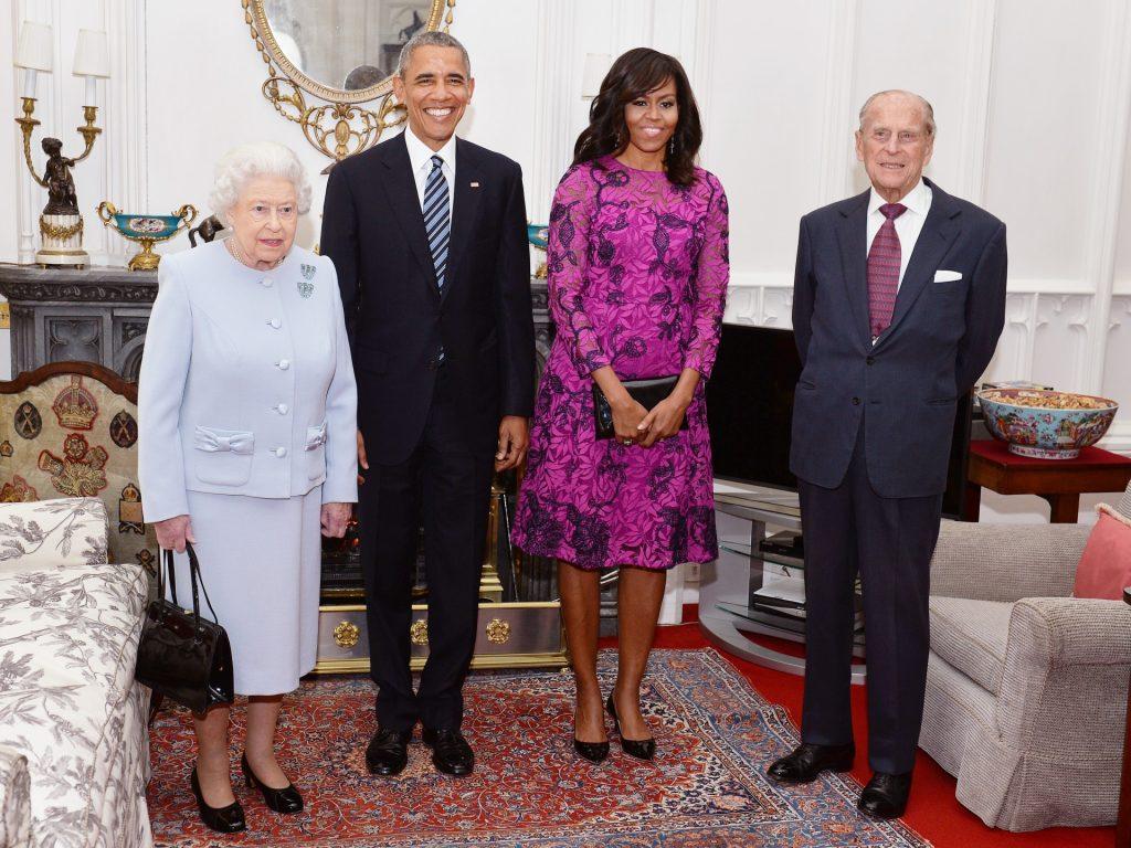 La reine Elizabeth II (G) et le prince Philip, duc d'Édimbourg (D) se tiennent aux côtés du président américain Barack Obama et de la première dame des États-Unis, Michelle Obama, dans l'Oak Room du château de Windsor avant un déjeuner privé organisé par la reine, le 22 avril 2016 à Windsor, en Angleterre.