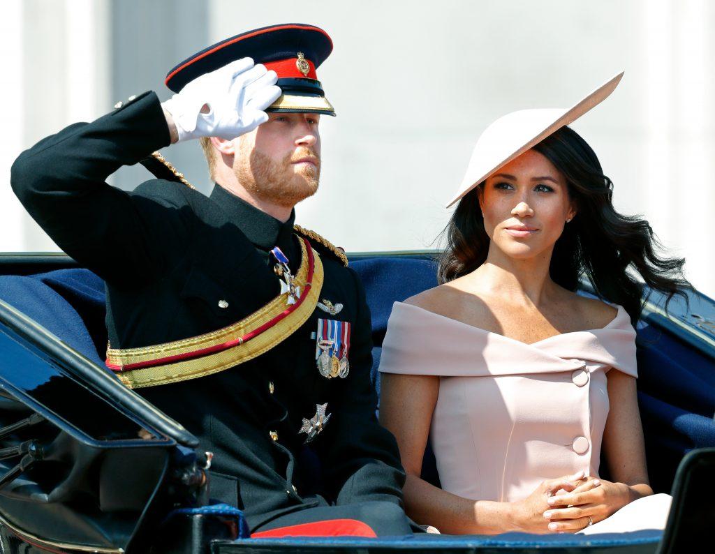 Le prince Harry, duc de Sussex, et Meghan, duchesse de Sussex, descendent le Mall en calèche lors de la Trooping The Colour 2018, le 9 juin 2018 à Londres.