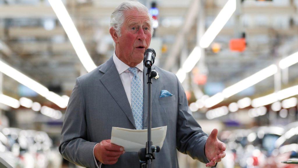 Le Prince Charles, Prince de Galles, parle lors d'une visite à l'usine MINI le 8 juin 2021 à Oxford, Angleterre.