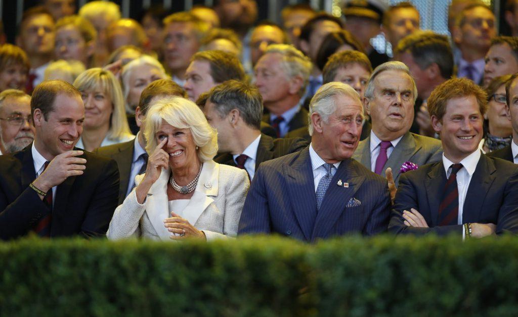 Le prince William, duc de Cambridge, Camilla, duchesse de Cornouailles, le prince Charles, prince de Galles et le prince Harry rient lors de la cérémonie d'ouverture des Invictus Games au Queen Elizabeth Park le 10 septembre 2014 dans l'est de Londres, en Angleterre.