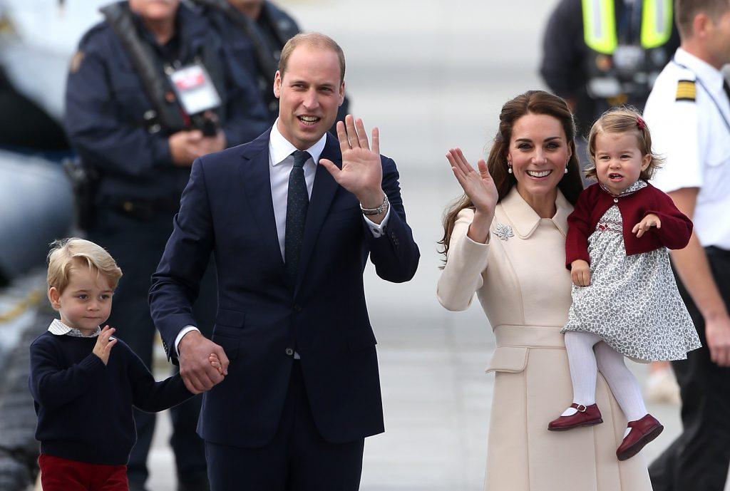 Le prince George de Cambridge, le prince William, duc de Cambridge, Catherine, duchesse de Cambridge, et la princesse Charlotte de Cambridge sont vus quittant l'aéroport de Victoria Harbour, le 1er octobre 2016.