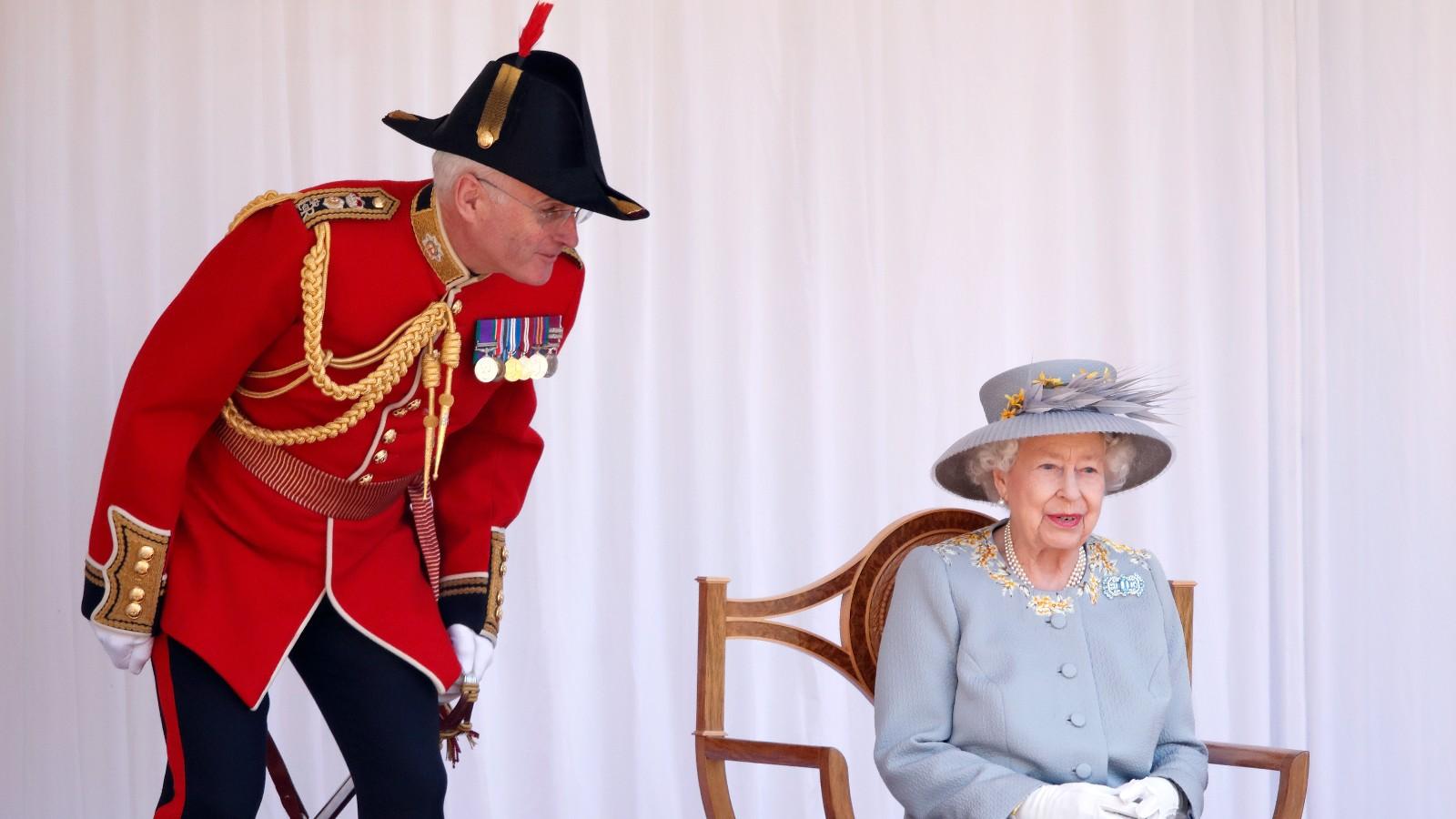 La reine, la parade du drapeau