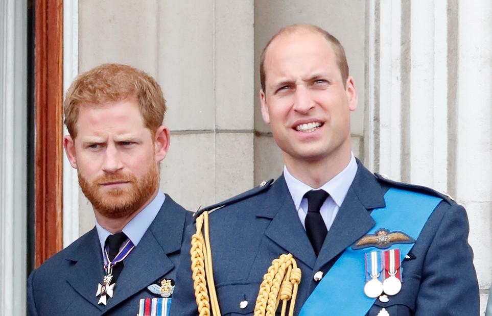 Le prince Harry, duc de Sussex, et le prince William, duc de Cambridge, regardent un défilé aérien pour marquer le centenaire de la Royal Air Force depuis le balcon du palais de Buckingham, le 10 juillet 2018 à Londres, en Angleterre.