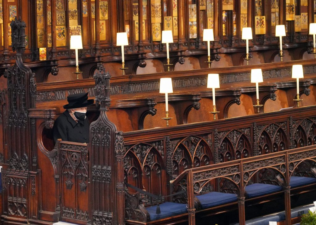 La reine Elizabeth II prend place lors des funérailles du prince Philip, duc d'Édimbourg, à la chapelle Saint-Georges du château de Windsor, le 17 avril 2021 à Windsor, en Angleterre.