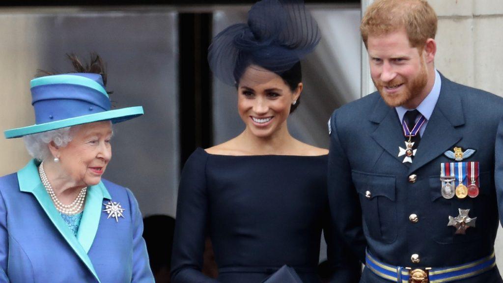 La Reine Elizabeth II, Meghan, Duchesse de Sussex, le Prince Harry, Duc de Sussex regardent le défilé aérien de la RAF sur le balcon du Palais de Buckingham.