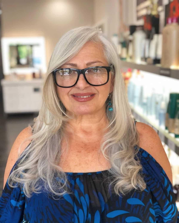 Coupe longue et dégradée pour les femmes ayant 50 ans et les cheveux longs.