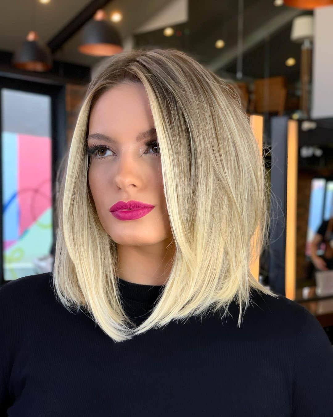 coupe blonde mi-longue avec des mèches de cheveux