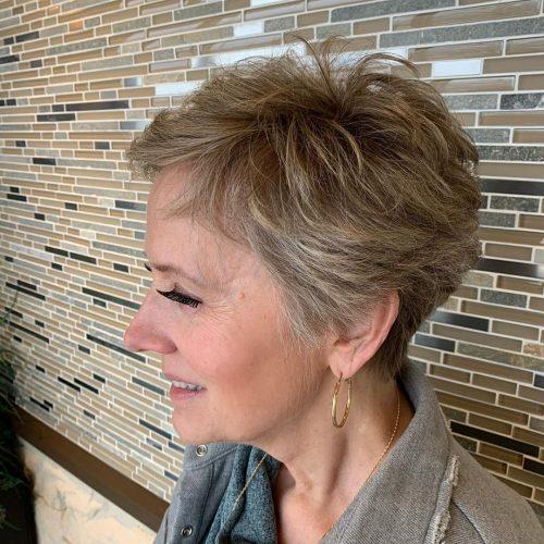 Pixie élégante pour les femmes de plus de 60 ans