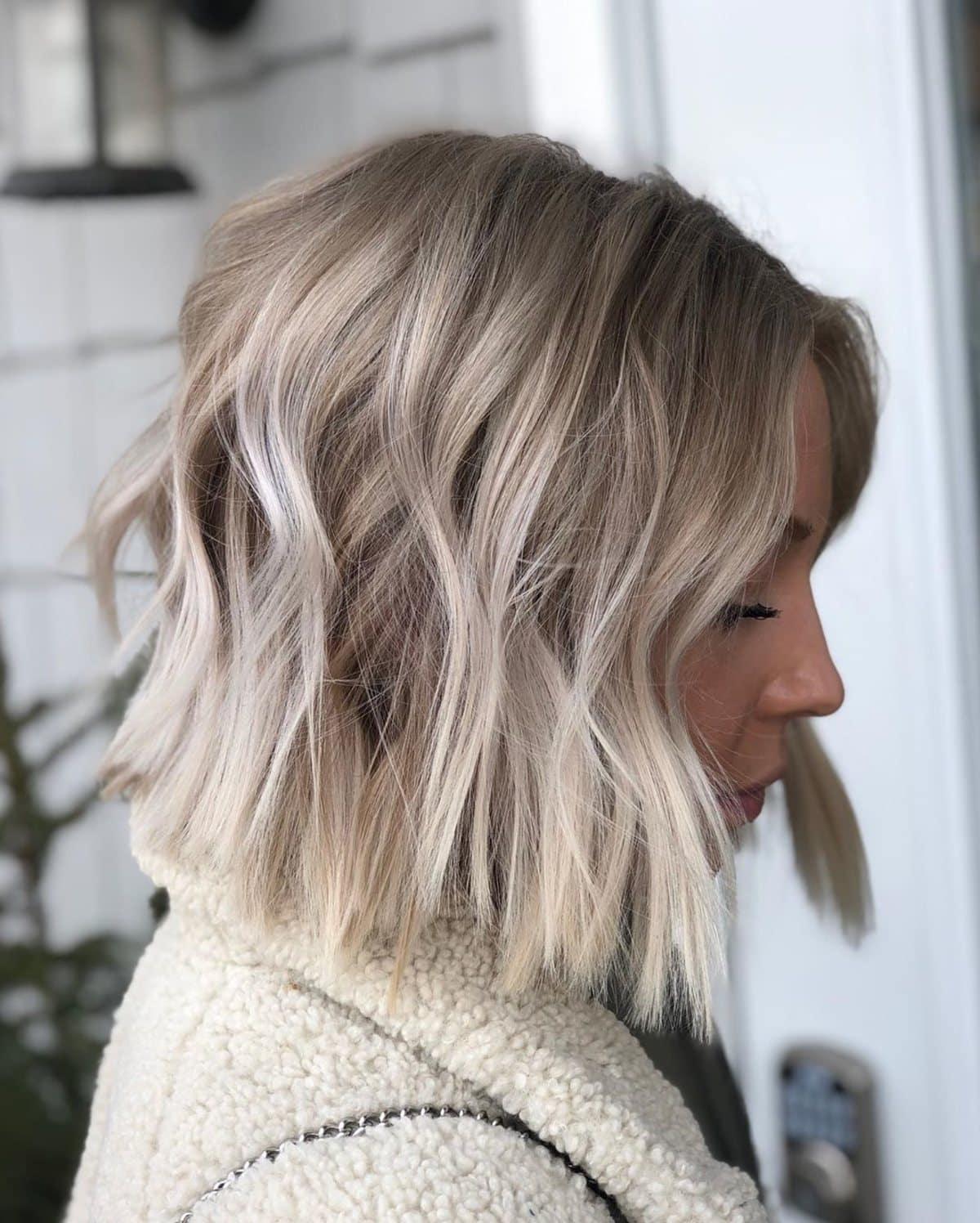 Coupe de cheveux avec une teinte blond cendré