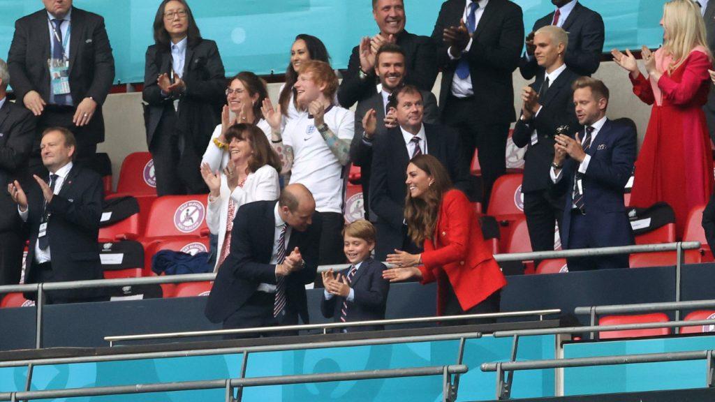 Le Prince William, Président de la Football Association, le Prince George et Catherine, Duchesse de Cambridge, célèbrent le match de huitième de finale de l'UEFA Euro 2020 entre l'Angleterre et l'Allemagne au stade de Wembley le 29 juin 2021 à Londres, Angleterre.
