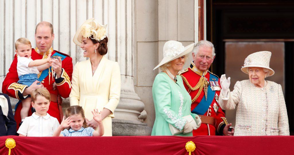Le prince William, duc de Cambridge, Catherine, duchesse de Cambridge, le prince Louis de Cambridge, le prince George de Cambridge, la princesse Charlotte de Cambridge, Camilla, duchesse de Cornouailles, le prince Charles, prince de Galles et la reine Elizabeth II regardent un défilé aérien depuis le balcon du palais de Buckingham lors de Trooping The Colour, le défilé annuel d'anniversaire de la reine, le 8 juin 2019 à Londres, en Angleterre.