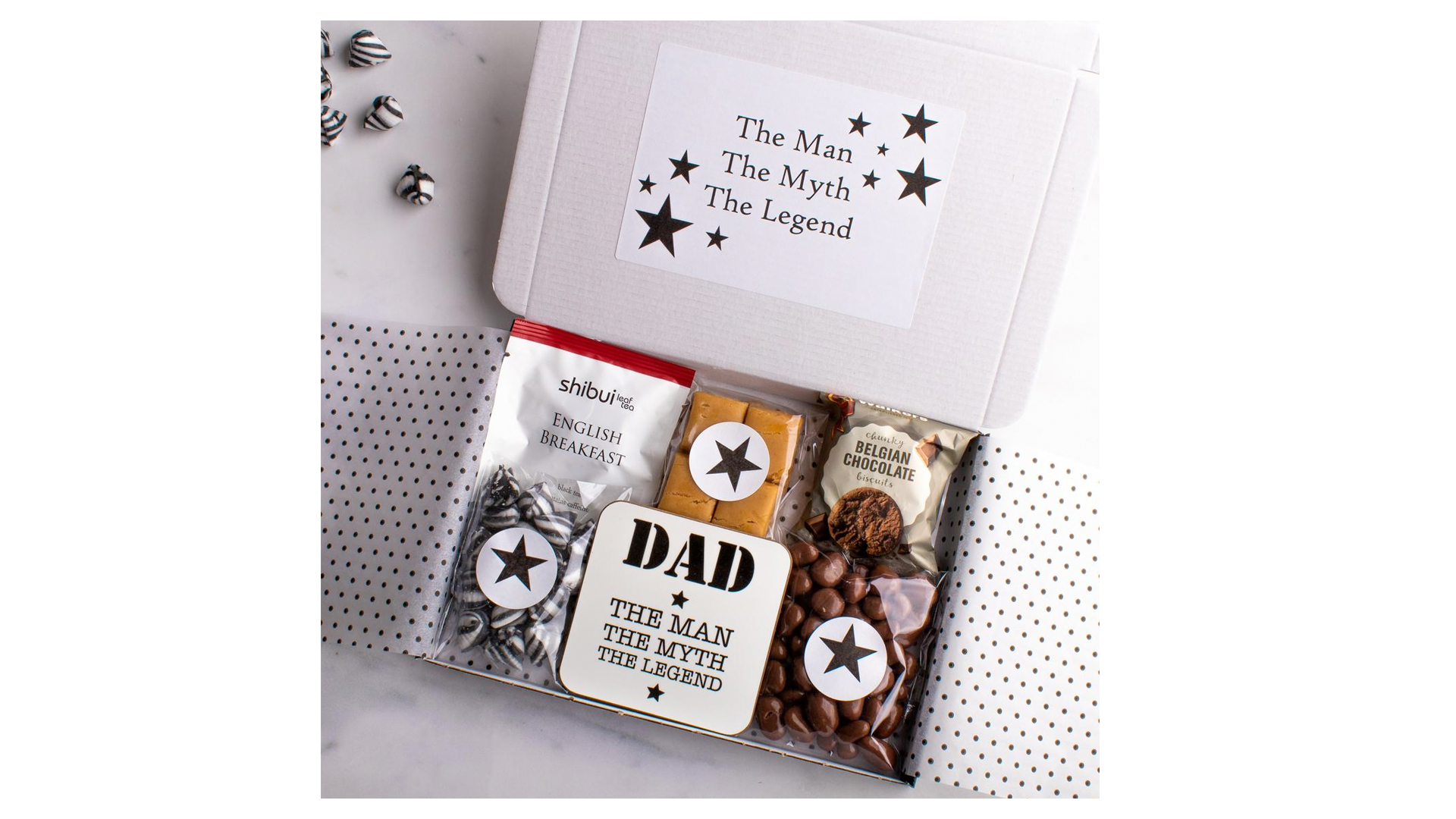 Un panier pour la fête des pères avec du café et du chocolat.