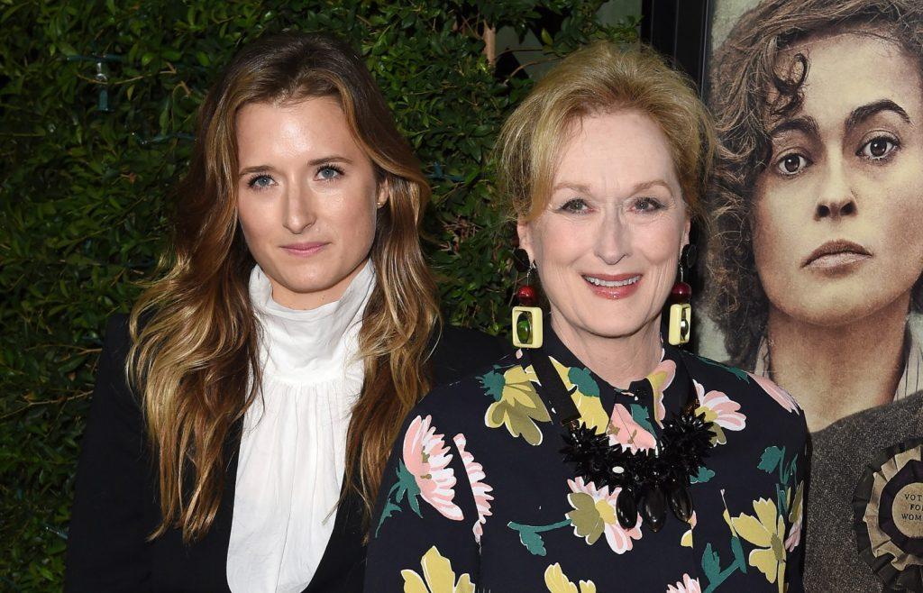 L'actrice Meryl Streep (R) et sa fille Grace Gummer arrivent à la première à Los Angeles de 'Suffragette' de Focus Features au Samuel Goldwyn Theater le 20 octobre 2015 à Beverly Hills, Californie.