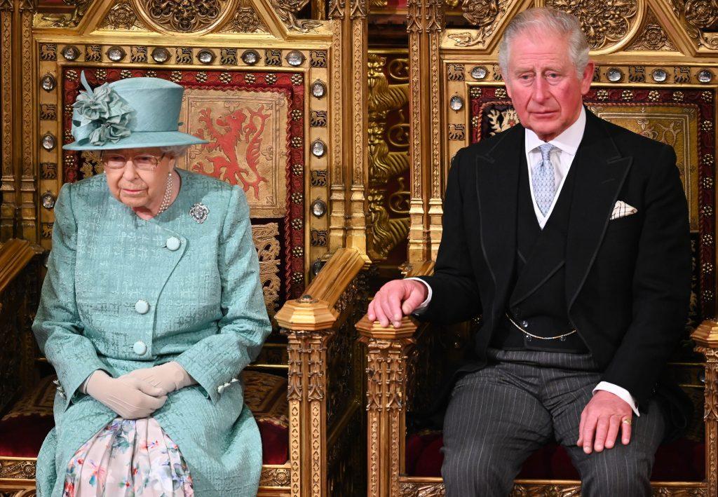 La reine Elizabeth II et le prince Charles, prince de Galles, assistent à l'ouverture officielle du Parlement dans la Chambre des lords le 19 décembre 2019 à Londres, en Angleterre.
