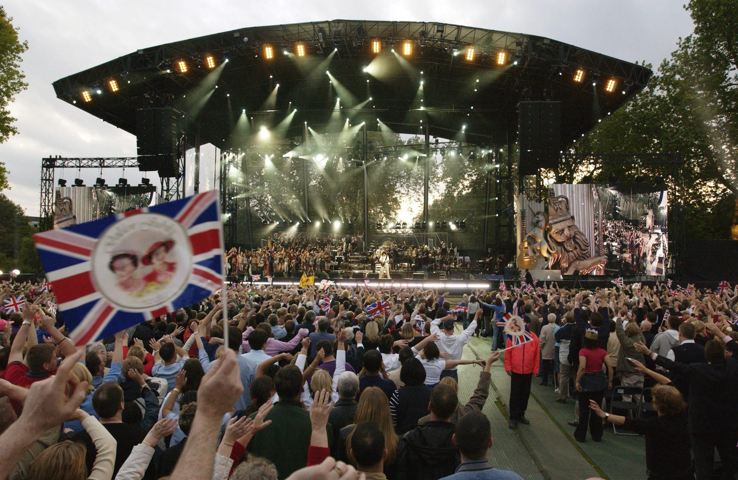 Le jubilé de la Reine a été célébré un jour férié supplémentaire en 2002, avec une fête au concert du Palais.