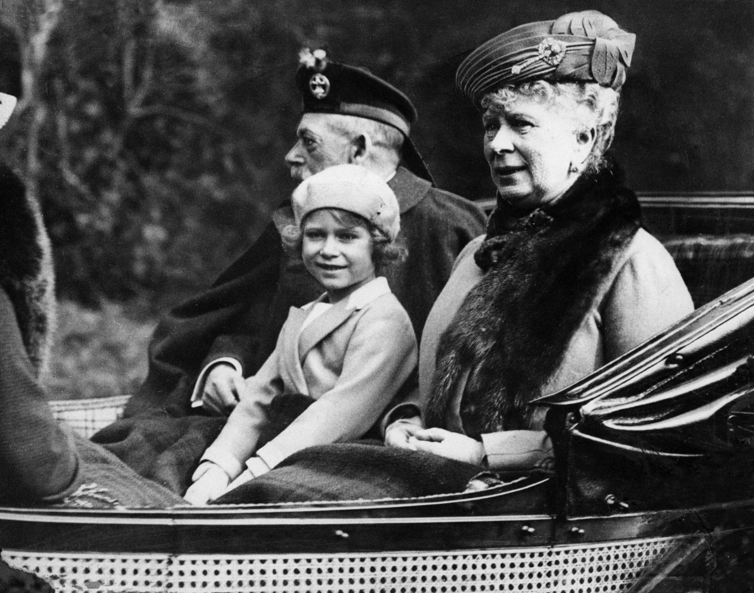 La Princesse Elizabeth avec ses grands-parents le Roi George V et la Reine dans un carrosse