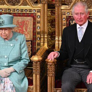 La reine et le prince Charles, l'héritier du trône.
