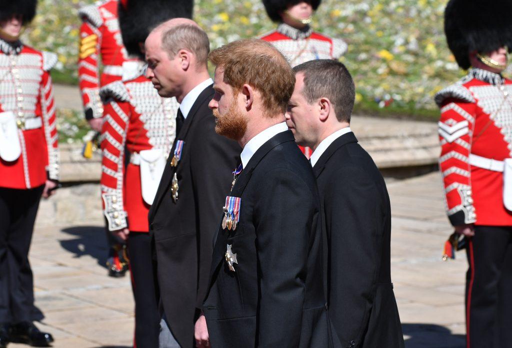 Le Prince William, Duc de Cambridge, le Prince Harry, Duc de Sussex et Peter Phillips marchent derrière le cercueil du Prince Philip, Duc d'Edimbourg, transporté par un corbillard Land Rover, lors de la procession des funérailles du Prince Philip, Duc d'Edimbourg.