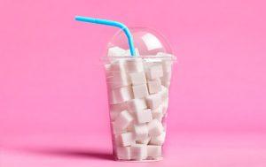 Une boisson à emporter composée de morceaux de sucre