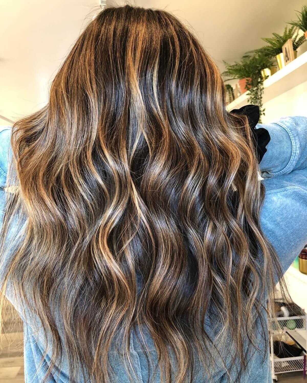 cheveux bruns très foncés avec des reflets blond caramel