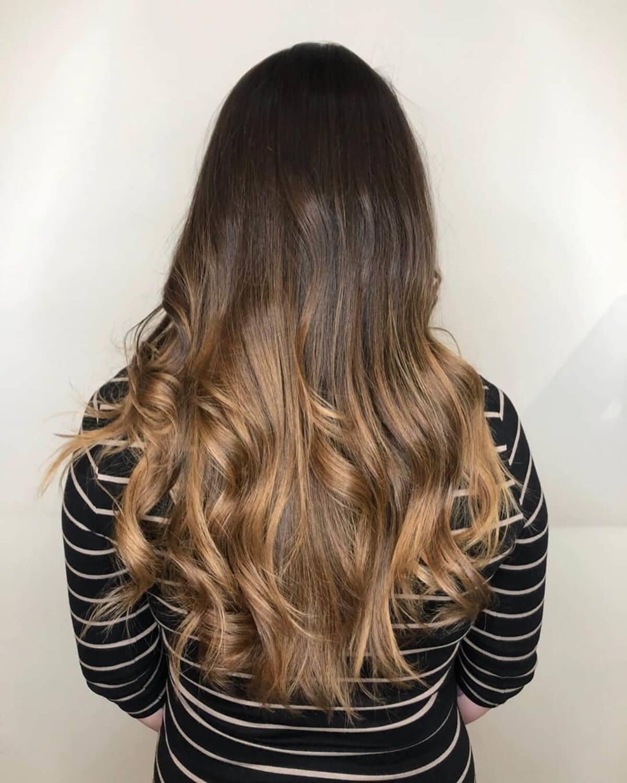 cheveux bruns foncés avec des reflets caramels ombrés