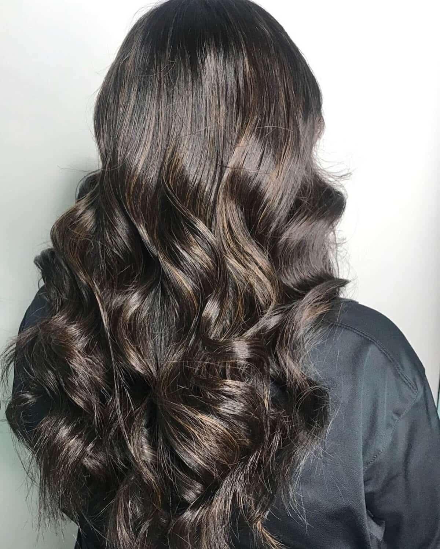cheveux châtain foncé avec de subtils reflets caramel
