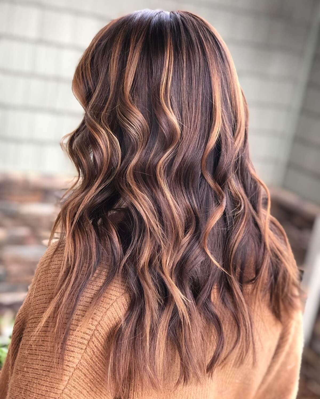 cheveux brun roux foncé avec des reflets caramel