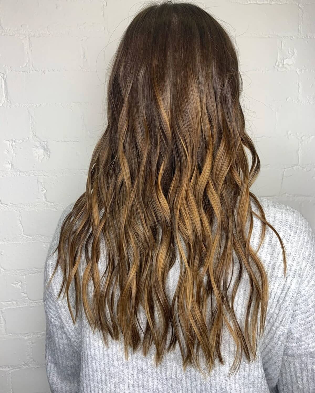 cheveux bruns foncés avec des reflets caramel balayage