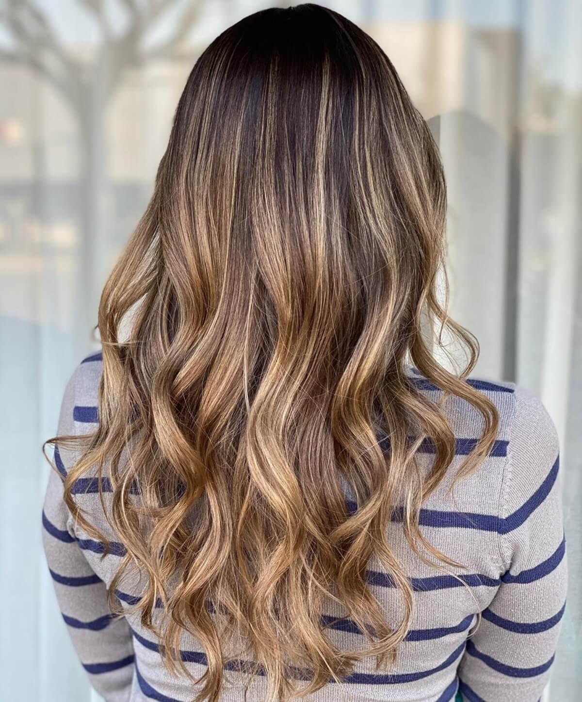 Cheveux ondulés brun moka foncé avec des mèches caramel