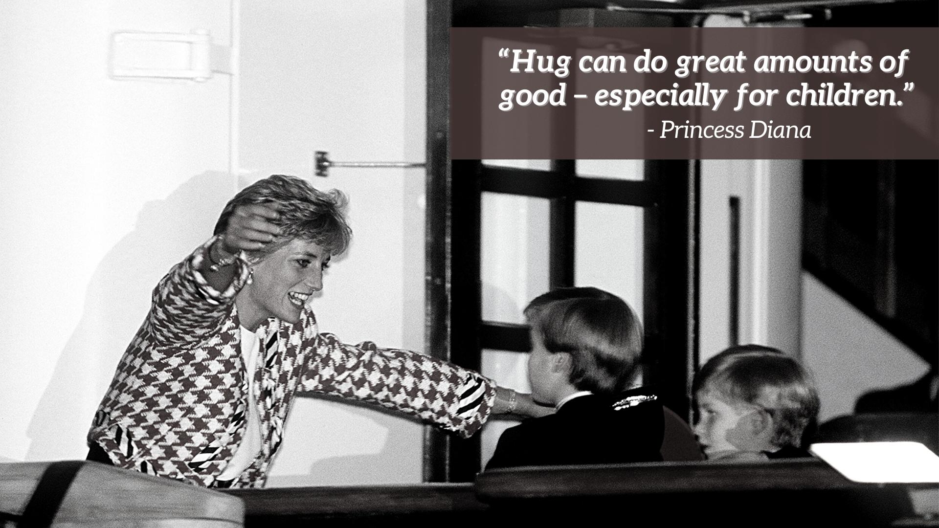 La Princesse Diana fait un câlin à ses enfants, le Prince William et le Prince Harry.