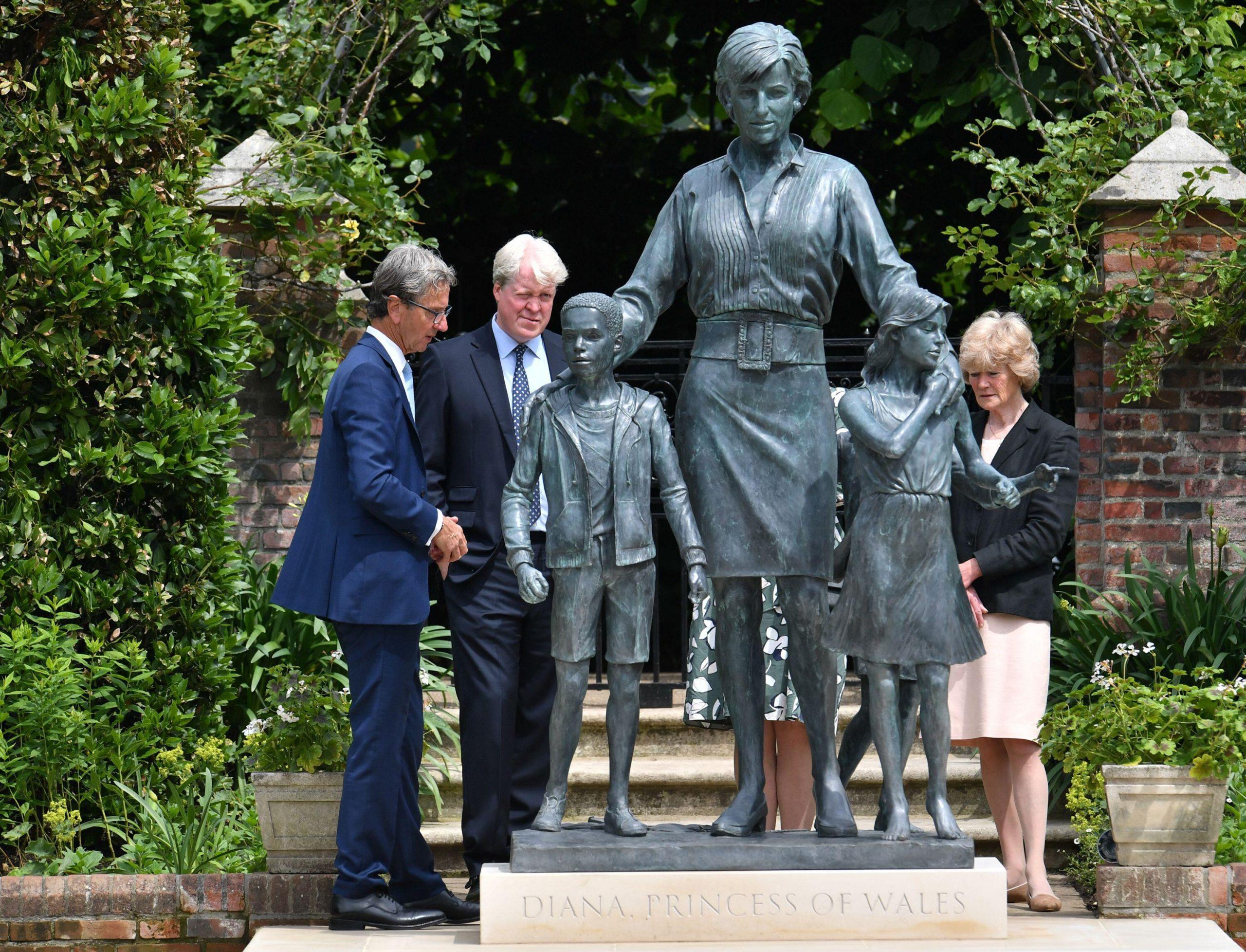 Le sculpteur Ian Rank-Broadley, le comte Spencer et Lady Sarah McCorquodale étaient présents lors de l'inauguration de la statue aux côtés du prince Harry et du prince William.
