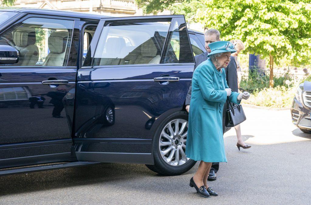 La Reine Elizabeth II arrive dans un Range Rover hybride-électrique pour une visite à l'Institut du changement climatique d'Édimbourg, dans le cadre de son traditionnel voyage en Écosse pour la semaine de Holyrood, le 1er juillet 2021.